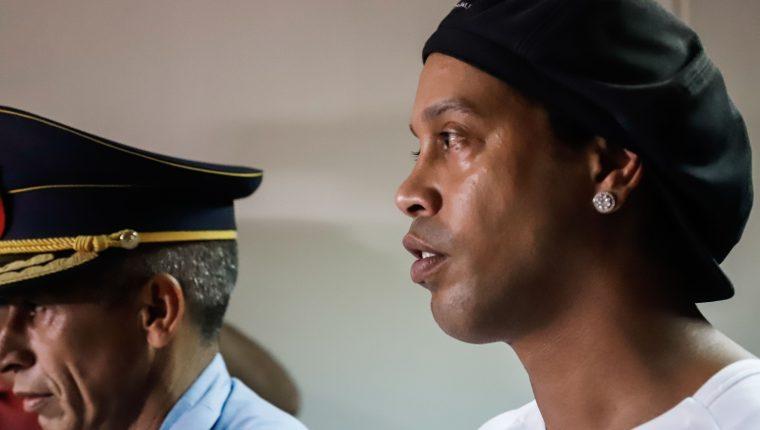 El astro brasileño Ronaldinho continúa sus días en la cárcel de Paraguay. (Foto Prensa Libre: EFE)