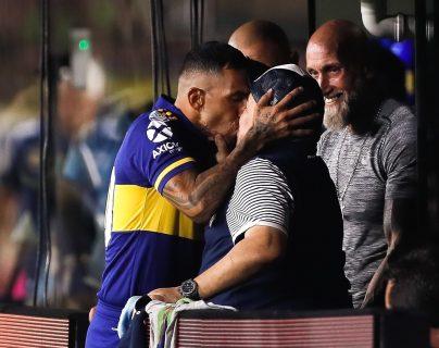 Carlos Tévez, de Boca Juniors besa al entrenador de Gimnasia, Diego Armando Maradona (c), antes del inicio de un partido por la Superliga Argentina entre Boca Juniors y Gimnasia. (Foto Prensa Libre: EFE).