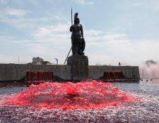 """Vista general del monumento a la Minerva, en Guadalajara, México, el cual fue """"teñido"""" de rojo por integrantes del colectivo Hilos para representar la sangre derramada por los feminicidios y a las mujeres. (Foto Prensa Libre: EFE)"""