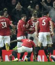 Jugadores del Manchester United celebran la victoria sobre el City. (Foto Prensa Libre: EFE)
