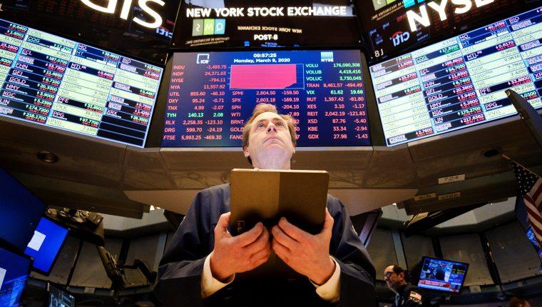 Un corredor de bolsa ve el desarrollo de la jornada en la Bolsa de Wall Street. (Foto Prensa Libre: EFE)