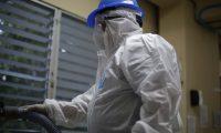 AME3580. SAN SALVADOR (EL SALVADOR), 11/03/2020.- Trabajadores participan en una jornada de sanitización, limpieza y desinfección para prevenir el virus Coronavirus (COVID-19) en la red pública de hospitales este miércoles, en San Salvador (El Salvador). El Salvador decretó el pasado 16 de enero emergencia nacional por el coronavirus, como una medida de prevención, y desde ese día se han ejecutado diferentes medidas sanitarias para evitar el contagio. Hasta el momento, en El Salvador no se registran casos sospechosos ni contagios de coronavirus, que ya ha llegado a Panamá. EFE/Rodrigo Sura