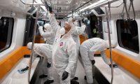 En Estambul, empleados municipales desinfectan un tren de metro para evitar la propagación del nuevo coronavirus COVID-19. (Foto Prensa Libre: EFE)