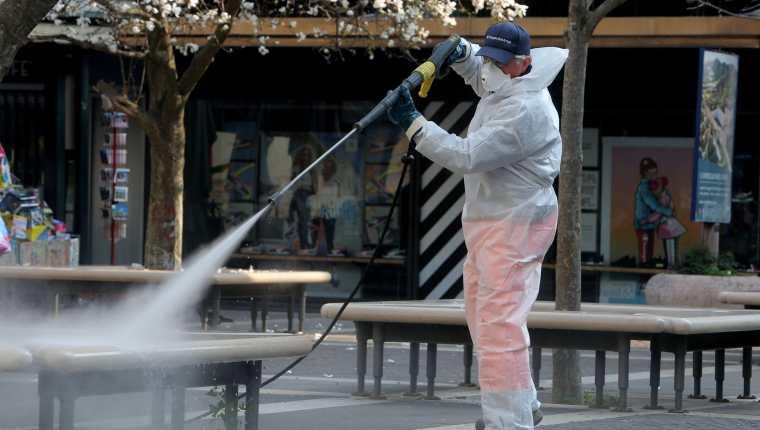 Los equipos de sanidad tienen un plan nacional de limpieza para reducir la propagación. (Foto Prensa Libre: EFE)
