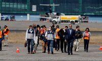 GU4001. CIUDAD DE GUATEMALA (GUATEMALA), 12/03/2020.- El ministro de Relaciones Exteriores Pedro Brolo baja del avión con deportados guatemaltecos provenientes de El Paso, Texas, después de acompañarlos en el vuelo. Migrantes guatemaltecos bajan del avión que los trajó desde El Paso, Texas después de pasar el proceso de deportación desde los Estados Unidos, los guatemaltecos son recibidos en la Fuerza Aérea Guatemalteca bajo procesos de seguridad para determinar si tienen síntomas del Covid-19 (Coronavirus). EFE/Esteban Biba