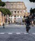 Un ciclista en la ciudad de Roma, Italia, este 12 de marzo de 2020. (Foto Prensa Libre: EFE).