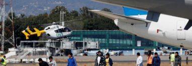 Migrantes deportados desde Estados Unidos en la Fuerza Aérea Guatemalteca, en marzo de 2020. (Foto Prensa Libre: EFE)