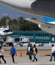 Migrantes guatemaltecos bajan del avión que los trajo desde El Paso, Texas, el 12 de marzo de 2020. (Foto Prensa Libre: EFE).