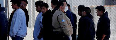 Migrantes guatemaltecos llegan a las instalaciones de la Fuerza Aérea, luego de haber sido deportados desde EE. UU. (Foto Prensa Libre: EFE)