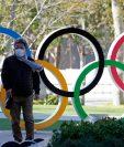 Los turistas se acercan a las instalaciones en Tokio, en donde deberían de ser los Juegos Olímpicos. (Foto Prensa Libre: EFE)
