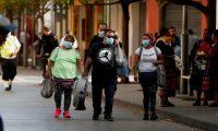 Guatemaltecos siguen en las calles y algunos optan por cubrirse la boca y nariz con mascarillas. (Foto Prensa Libre: EFE)