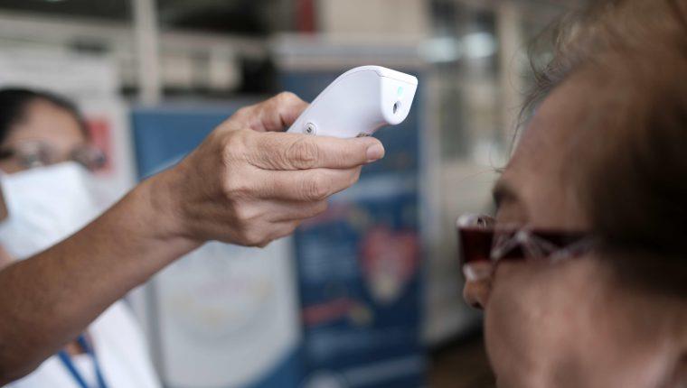 Una enfermera mide la temperatura de varias personas en el Hospital de la Mujer, en San José, Costa Rica. El Gobierno de Costa Rica informó del primer fallecido por coronavirus. (Foto Prensa Libre: EFE)