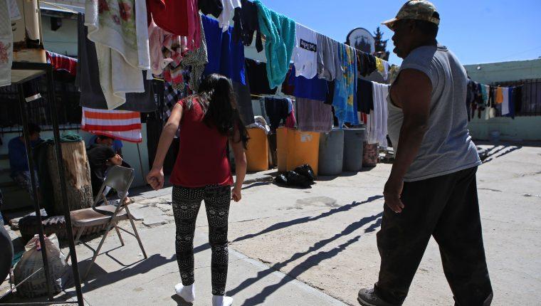 Los migrantes que permanecen en la frontera de México con Estados Unidos no renuncian al sueño americano y permanecen en la región pese a la pandemia de covid-19. (Foto Prensa Libre: EFE)