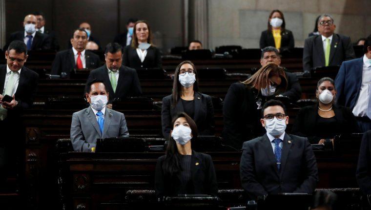 Diputados usan mascarillas durante las sesiones en el Congreso. (Foto Prensa Libre: EFE)