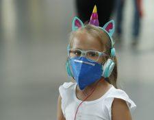 La OMS compartió un número de Whatsapp para brindar información oficial y confirmada sobre el coronavirus y así evitar la paranoia. En la foto, una niña permanece en el aeropureto de El Dorado en Colombia.(Foto Prensa Libre: EFE)