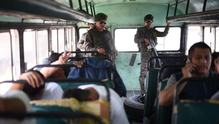 Deportados son trasladados en buses del Ejército hacia sus lugares de origen. (Foto Prensa Libre: EFE)