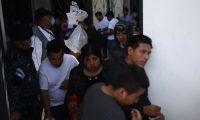 Guatemaltecos retornados salen de las instalaciones de la Fuerza Aérea. (Foto Prensa Libre: EFE)