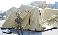 Crema (Italy), 20/03/2020.- Italian soldiers set up a tent city for people infected with coronavirus outside a hospital in Crema, northern Italy, 20 March 2020. The number of deaths from the pandemic COVID-19 disease caused by the SARS CoV-2 coronavirus in Italy has now surpassed the death toll for all of China, where the outbreak originated. According to the Civil Protection agency, the total number of confirmed infections has risen to more than 41,000, while over 3,400 people have lost their lives to the disease in the Mediterranean country. (Italia) EFE/EPA/STEFANO CAVICCHI