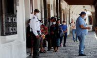 A partir de este domingo el presidente Alejandro Giammattei decretó toque de queda para contener el contagio. (Foto Prensa Libre:  EFE)