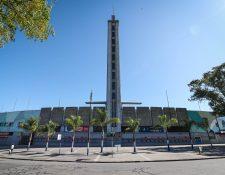 Vista de los alrededores del estadio Centenario tras la exhortación del gobierno uruguayo de que la población se aisle en sus hogares para evitar la propagación del coronavirus. (Foto Prensa Libre: EFE)