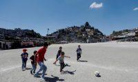 ACOMPAÑA CRÓNICA: GUATEMALA FÚTBOL AME6923. CIUDAD DE GUATEMALA (GUATEMALA), 22/03/2020.- Niños juegan fútbol durante el descanso de medio tiempo de un partido de la liga del Campo Maracaná el 15 de marzo de 2020 en Ciudad de Guatemala (Guatemala). Es domingo, día de fútbol en el Campo Maracaná. Día en familia para ver el mejor espectáculo por el que se espera toda la semana en un barrio contiguo al centro histórico de la Ciudad de Guatemala que tiene fama de ser una zona roja. EFE/Esteban Biba