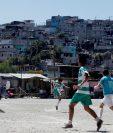 Es domingo, día de futbol en el Campo Maracaná. Día en familia para ver el mejor espectáculo por el que se espera toda la semana en un barrio contiguo al centro histórico de la Ciudad de Guatemala que tiene fama de ser una zona roja. (Foto Prensa Libre: EFE)