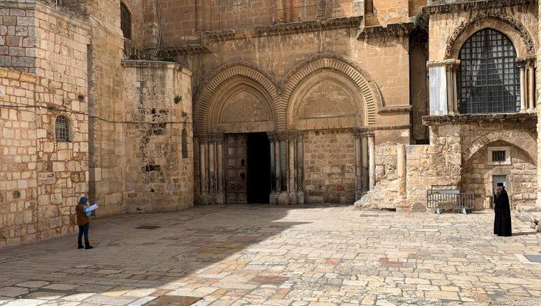 Vista de Basílica del Santo Sepulcro, en la Ciudad Vieja de Jerusalén, vacía producto de las medidas contra el coronavirus,. (Foto Prensa Libre: EFE)