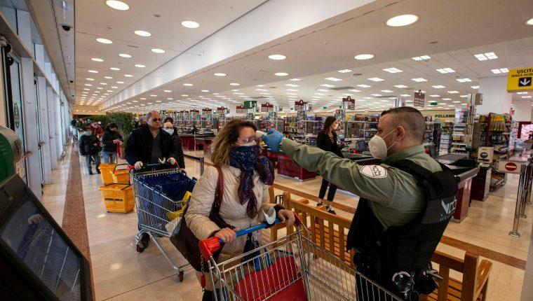 En Milán, Italia, los controles para hacer cosas tan cotidianas como las compras de alimentos, son coordinadas por la Policía. (Foto Prensa Libre: EFE)