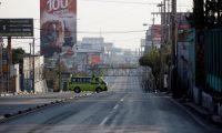 GU2002. CIUDAD DE GUATEMALA (GUATEMALA), 24/03/2020.- Una ambulancia transita por las calles de Guatemala por el toque de queda ordenado por el presidente de Guatemala Alejadro Giammattei de 4 de la tarde a 4 de la madrugada por 8 días. Guatemala ha contabilizado dos casos de coronavirus en las últimas 48 horas y suma 21 en total, incluido un fallecimiento, desde que se realizó la primera prueba en febrero. EFE/Esteban Biba