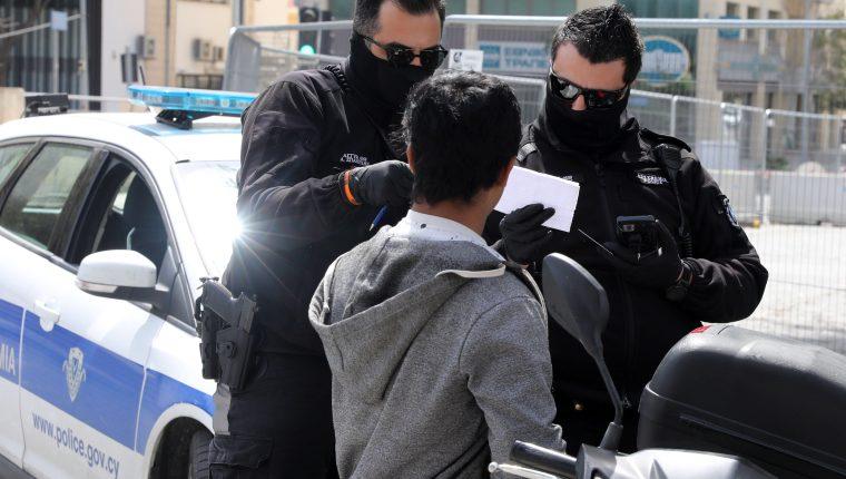 La policía vigila el control de las medidas de prevención en varios países por el covid-19. (Foto Prensa Libre: EFE)