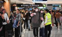 Sydney (Australia), 27/03/2020.- Travellers wearing masks arrive at Sydney International Airport, Sydney, Australia, 27 March 2020. Australia'Äôs Federal Government introduced strict social distancing rules in an effort to curb the spread of the coronavirus amid a Covid-19 pandemic. EFE/EPA/DEAN LEWINS AUSTRALIA AND NEW ZEALAND OUT