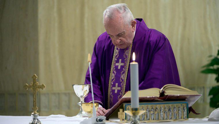 El papa Francisco oficiará la misa con la Plaza de San Pedro vacía. (Foto Prensa Libre: EFE)