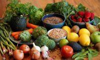 -FOTODELDIA- GRAFCVA3528. GODELLA (VALENCIA), 27/03/2020.- La base de la dieta mediterránea, con un gran consumo de fruta, verdura y legumbres y moderado de alimentos de origen animal, junto a la eliminación de alimentos precocinados y de comida rápida, es clave para afrontar el confinamiento como consecuencia del COVID-19, según las recomendaciones propuestas por el departamento de Medicina Preventiva de la Universitat de València, que participa en el programa de investigación sobre nutrición PredimedPlus, con 6.874 participantes de 23 centros y hospitales de toda España. EFE/Kai Försterling