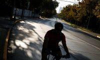 AME9108. SANTIAGO (CHILE), 30/03/2020.- Un ciclista transita este lunes a la hora punta de la tarde en la comuna de Providencia en Santiago (Chile), Providencia es una de las 7 comunas que están en cuarentena obligatoria desde el pasado jueves para detener la expansión del COVID-19 en la capital. Chile cuenta ya con 2449 contagiados por el virus, la mayoría de ellos en la Región Metropolitana. EFE/Alberto Valdés