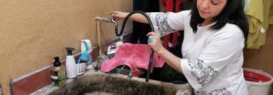 Vecinos de la colonia Arrivillaga en la zona 5, son de los afectados por la falta de agua. (Foto Prensa Libre: Érick Ávila).