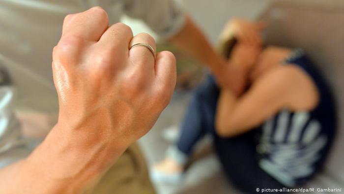 Organizaciones temen que por el aislamiento por el coronavirus los casos de violencia familiar aumente, (Foto Prensa Libre: DW)
