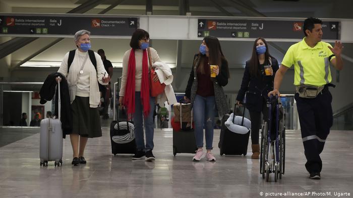 Pasajeros en tránsito en el Aeropuerto Internacional de la Ciudad de México.