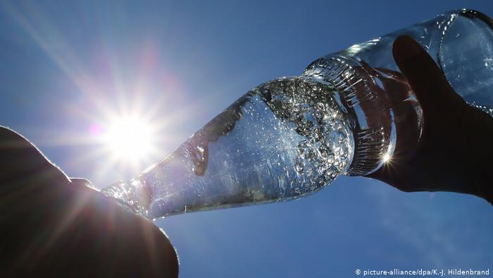 Influencers afirman que se puede vivir sin agua. (Foto Prensa Libre: DW.COM).