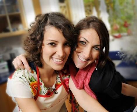 Gaby Moreno y Mirciny Moliviatis son amigas desde hace unos años y se unieron en una iniciativa frente a la epidemia del coronavirus.  (Foto Prensa Libre: Cortesía).