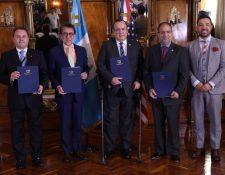 Juan Carlos Trabanino, de Cocesna; Luis Arreaga, embajador de Estados Unidos; Alejandro Giammattei, presidente de Guatemala; Nicolás Reyes, de la FAA, y Francis Argueta, director de Aeronáutica. (Foto Prensa Libre: Presidencia)