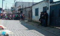 Los dos hombres disfrazados de payasos quedaron muertos en una de las calles de la aldea Buena Vista, Chimaltenango. (Foto Prensa Libre: José Rosales)