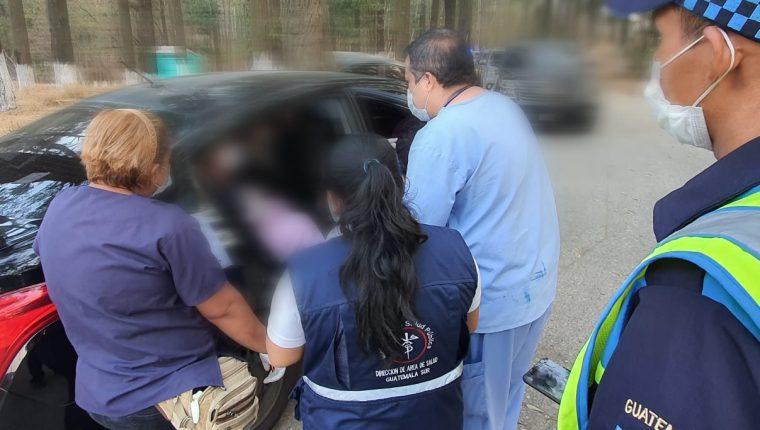 Trabajadores sanitarios  y agentes de PNC y PMT, en el operativo donde una mujer ingresó a Guatemala desde México y quien recientemente estuvo en España. (Foto Prensa Libre: Cortesía Javier Gramajo, alcalde de Villa Nueva)