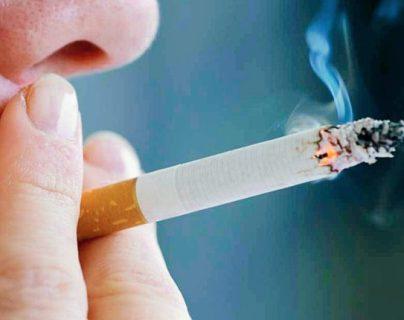 El cigarrillo debilita al fumador ante el covid-19, pero también a los demás que inhalan el humo. (Foto Prensa Libre: Hemeroteca PL)
