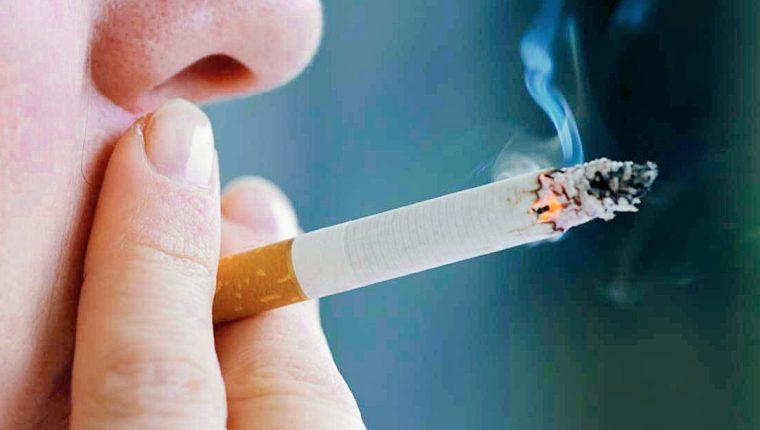 El cigarrillo debilita al fumador ante el covid-19, pero también a los demás que inhalan el humo. (Foto: Hemeroteca PL)