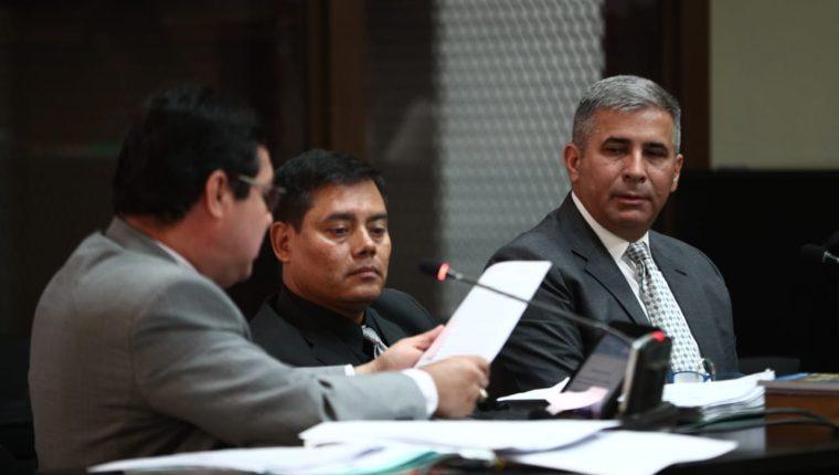 """Dos de los abogados de Erick Melgar Padilla conversan al finalizar la audiencia en que revelaron que una """"cúpula militar"""" respaldó al gobierno de Jimmy Morales. (Foto Prensa Libre: Carlos Hernández)"""