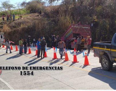 Autoridades resguardan el lugar del accidente en San Andrés Sajcabajá, Quiché. (Foto Prensa Libre: Bomberos Municipales Departamentales).