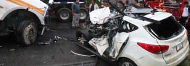 El vehículo en el que se conducían las víctimas quedó totalmente destruido. (Foto Prensa Libre: Dony Stewart)