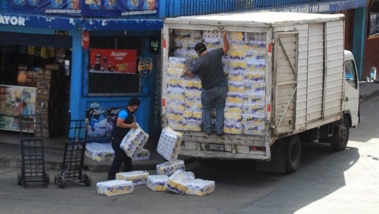 Camión abastece papel higiénico, el producto más comprado la semana pasada. (Foto Prensa Libre: Byron García)