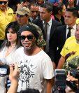 La exestrella del futbol de Brasil Ronaldinho Gaucho enfrenta un proceso judicial por supuesta falsificación de documentos. (Foto Prensa Libre: AFP)