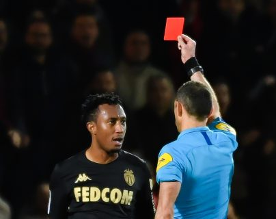 El árbitro Mikael Lesage (derecha) le muestra la roja al portugués Gelson Martins (izquierda). (Foto Prensa Libre: AFP )